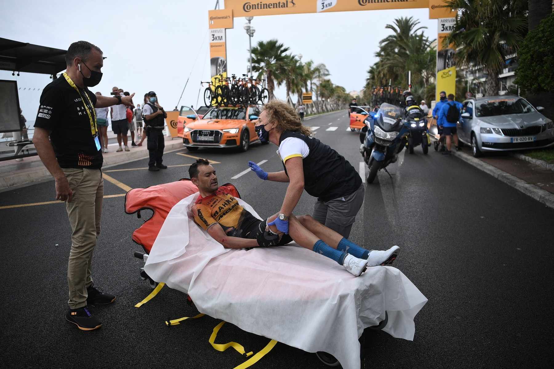 Rafael Valls z týmu Bahrajn Merida na nosítkách po pádu, při němž utrpěl zlomeninu stehenní kosti. Foto: profimedia