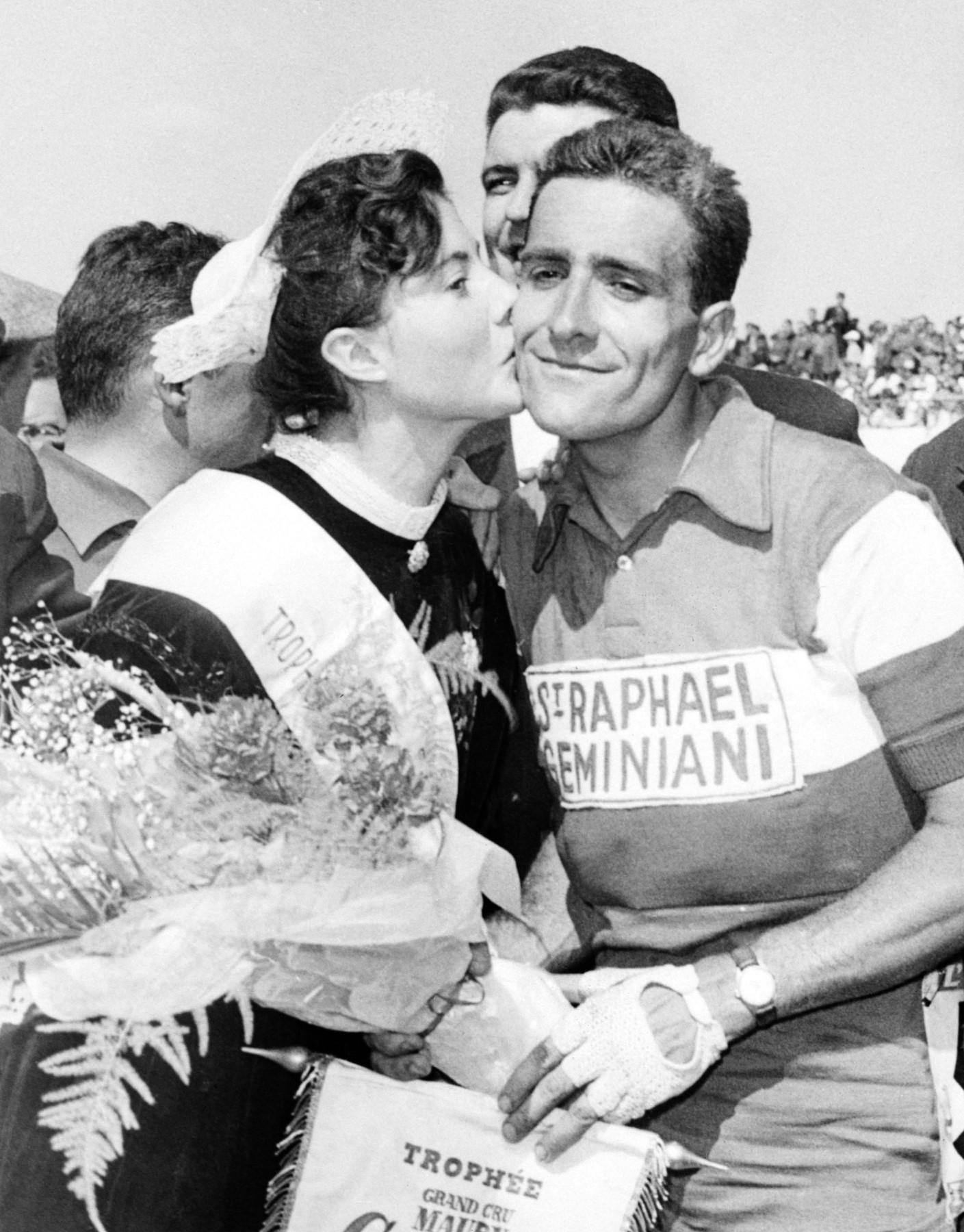 Roger Rivière, francouzský cyklista, prožívá okamžik nebývalé radosti po etapovém vítězství na Tour de France 1960. Vše se má brzy změnit... Foto: profimedia