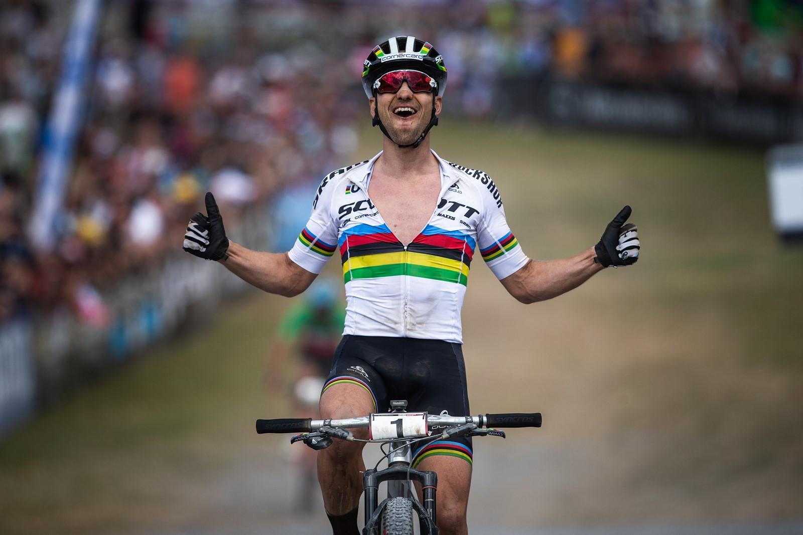 Radost švýcarského bikera Nina Schurtera po výhrách zůstává stejná. I proto nemá problém s motivací. Foto: Michal Červený