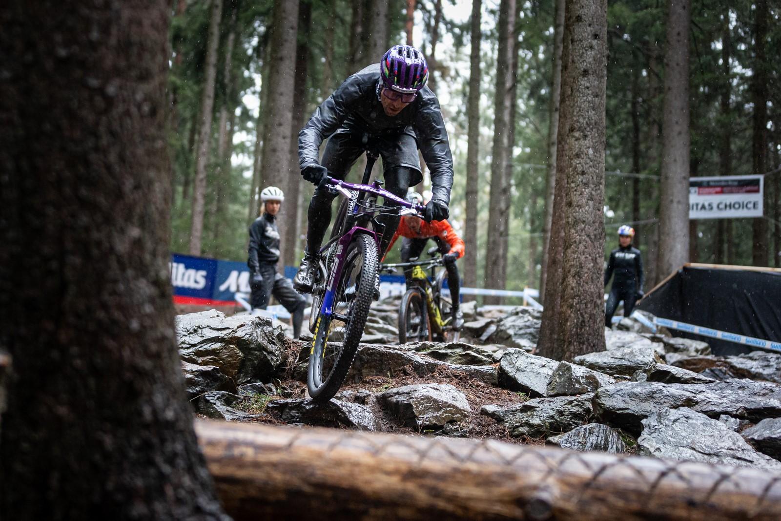Nino Schurter, švýcarský fenomén, při tréninku na okruhu v Novém Městě na Moravě. Foto: Michal Červený