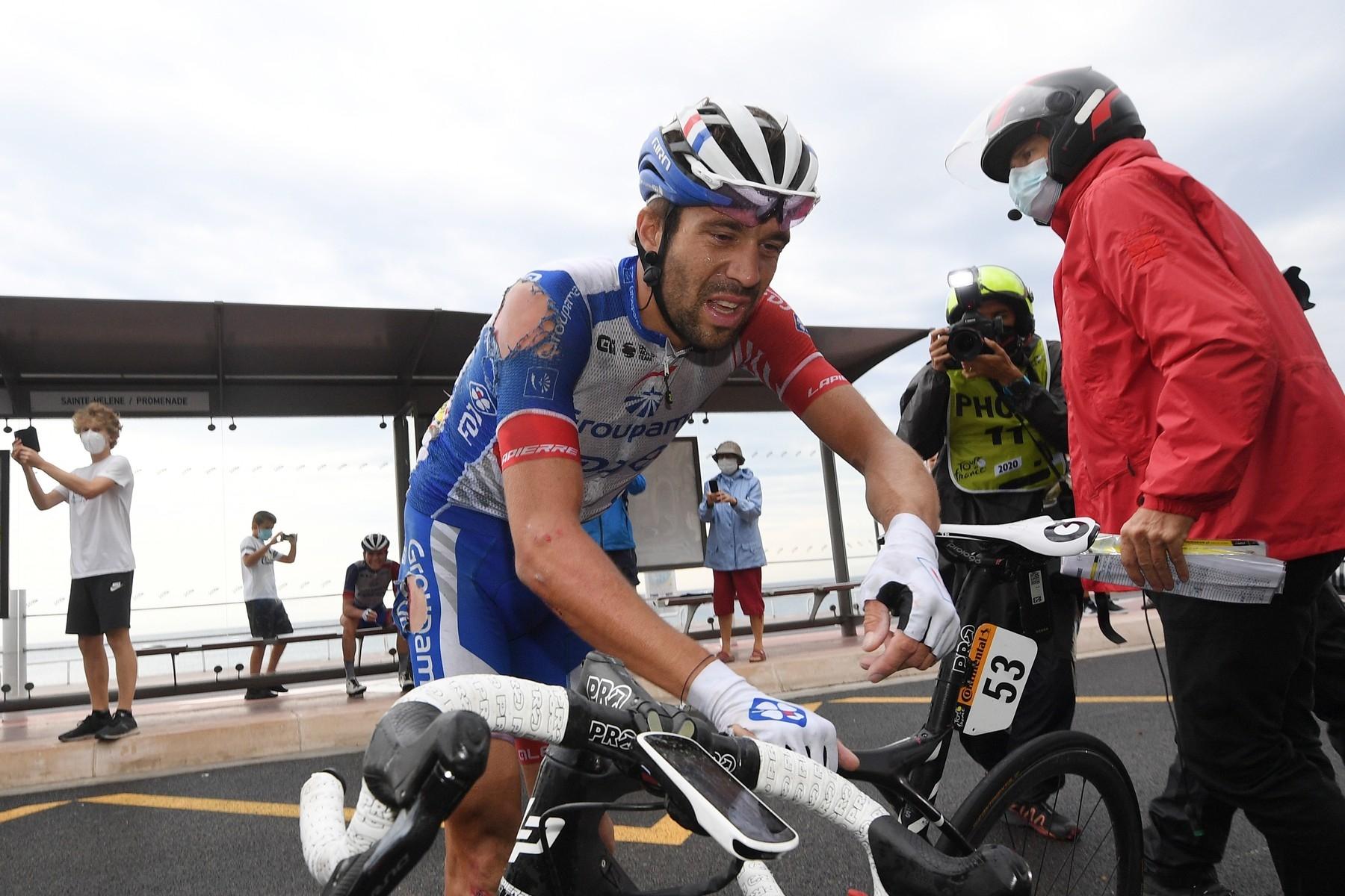 Frustrovaný Thibaut Pinot. K zemi šel hned první den Tour de France. Sedřel si záda, nohu a rameno. A těžce poranil záda. Foto: profimedia