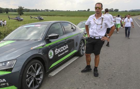 Pedro Horrilo patří ke stálicím pelotonu Tour de France. Starou dámu absolvoval dvakrát v sedle, a letos popáté za volantem Škody. Foto: We Love Cycling