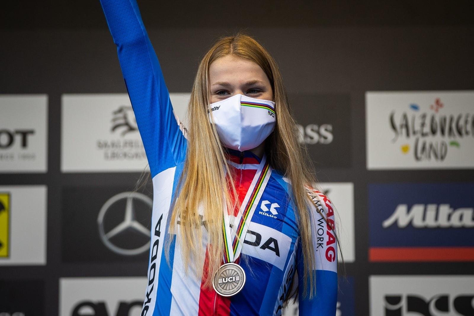 Aneta Novotná s bronzovou medailí z mistrovství světa horských kol 2020 v rakouském Leogangu. Foto: Michal Červený