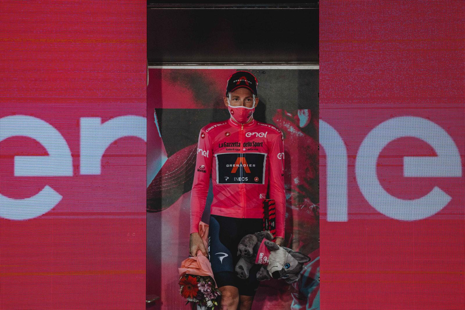 Tao Geoghegan Hart si oblékl růžový trikot lídra závodu v jediném, ale nejdůležitějším okamžiku: po poslední etapě Gira 2020. Foto: ineosgrenadiers.com