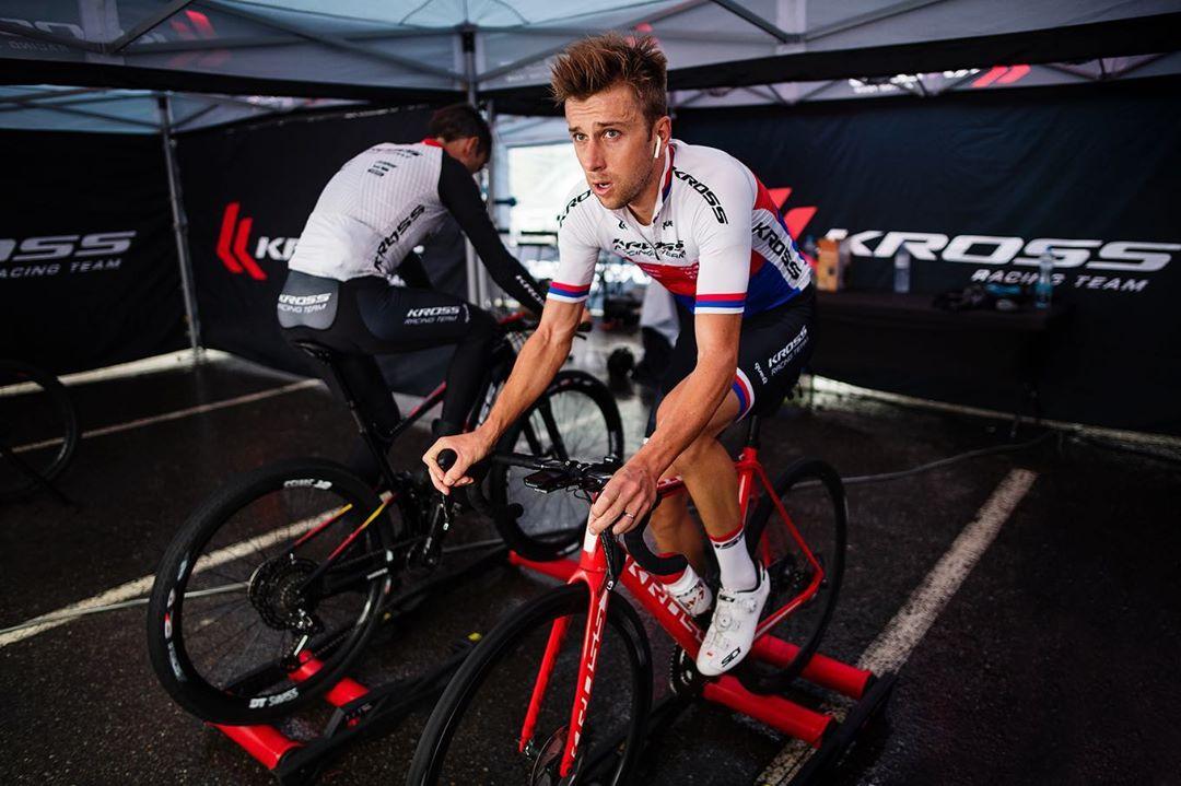 Ondřej Cink, český reprezentační biker, zahřívá nohy na válcích před závodem světového poháru. Foto: instagram