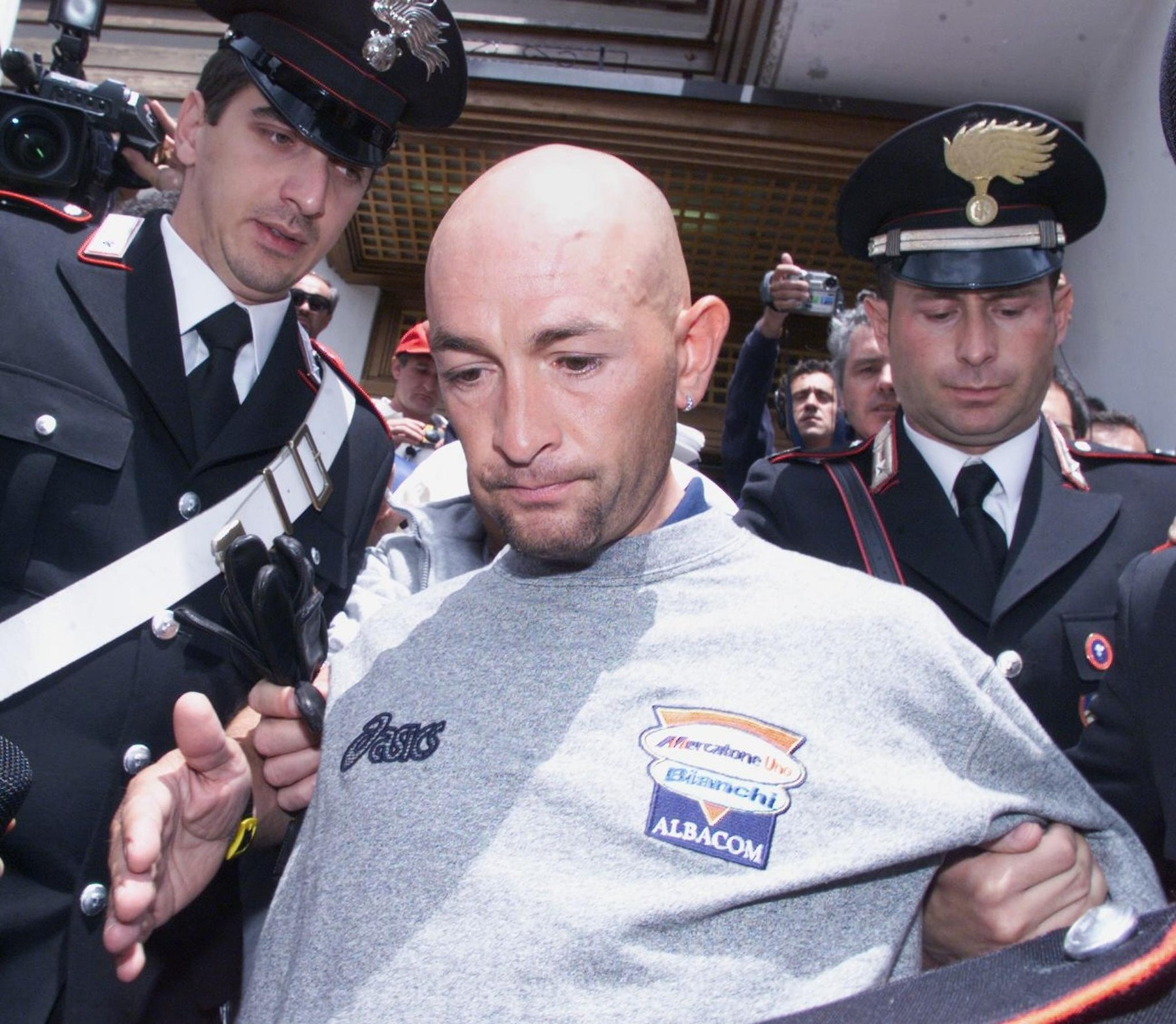 Marco Pantani v doprovodu policistů opouští Giro po zvýšené hladině hematokritu v krvi. Foto: profimedia