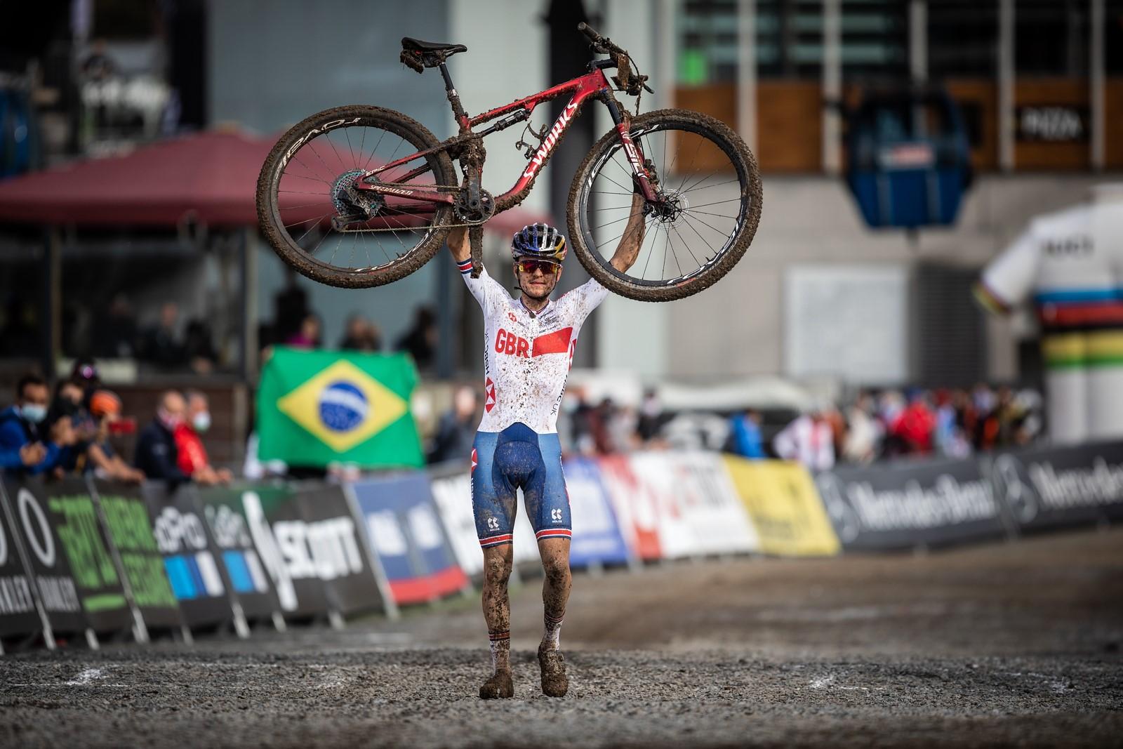 Thomas Pidcock triumfálně v cíli mistrovství světa horských kol. Doufá, že jednou bude stejně triumfálně stát na konci Grand Tour. Foto: Michal Červený
