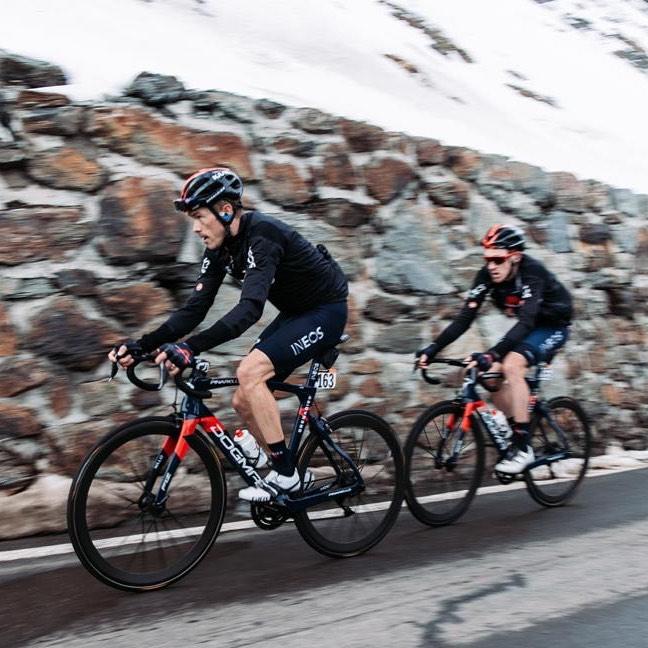 Rohan Dennis táhne v horské etapě týmového parťáka Tao Harta, který nakonec slavil triumf na italském Giru. Foto: instagram Rohan Dennis