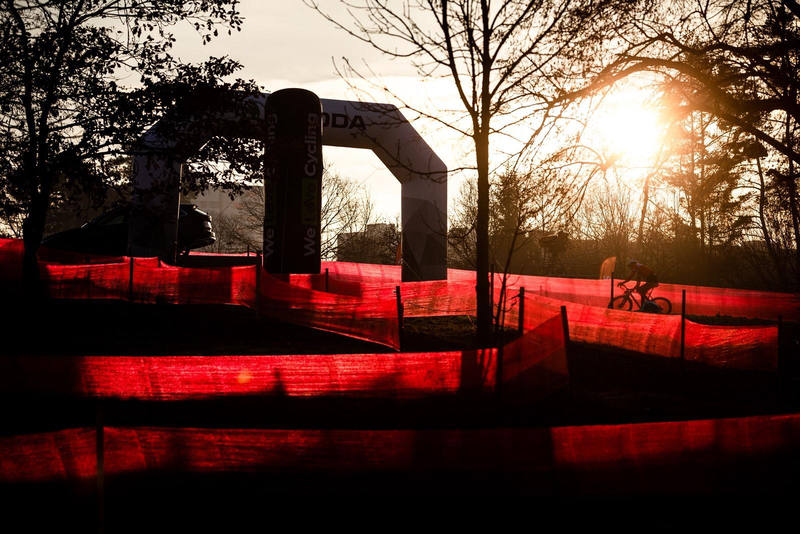 01 - Se zpožděním, ale přece. Na tradičním místě, v jihočeském Táboře, odstartoval světový pohár cyklokrosařů.