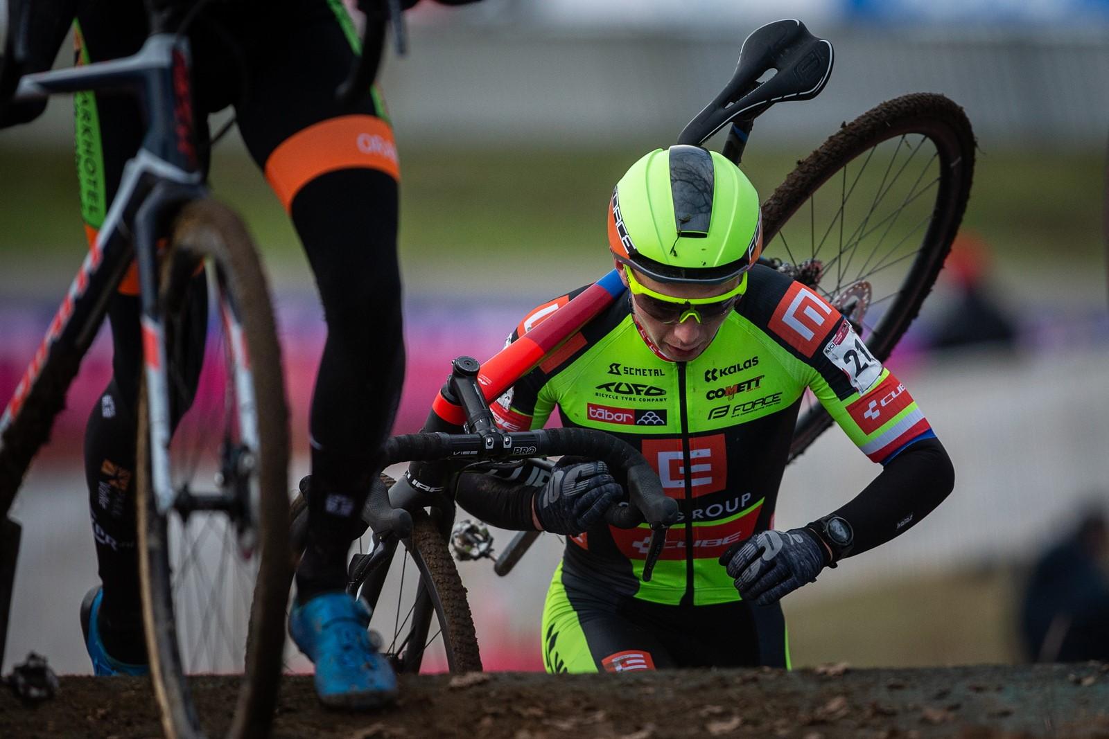 15 - Českého reprezentanta Michaela Boroše vyřadil z boje o lepší umístění defekt krátce po průjezdu technickým depem.