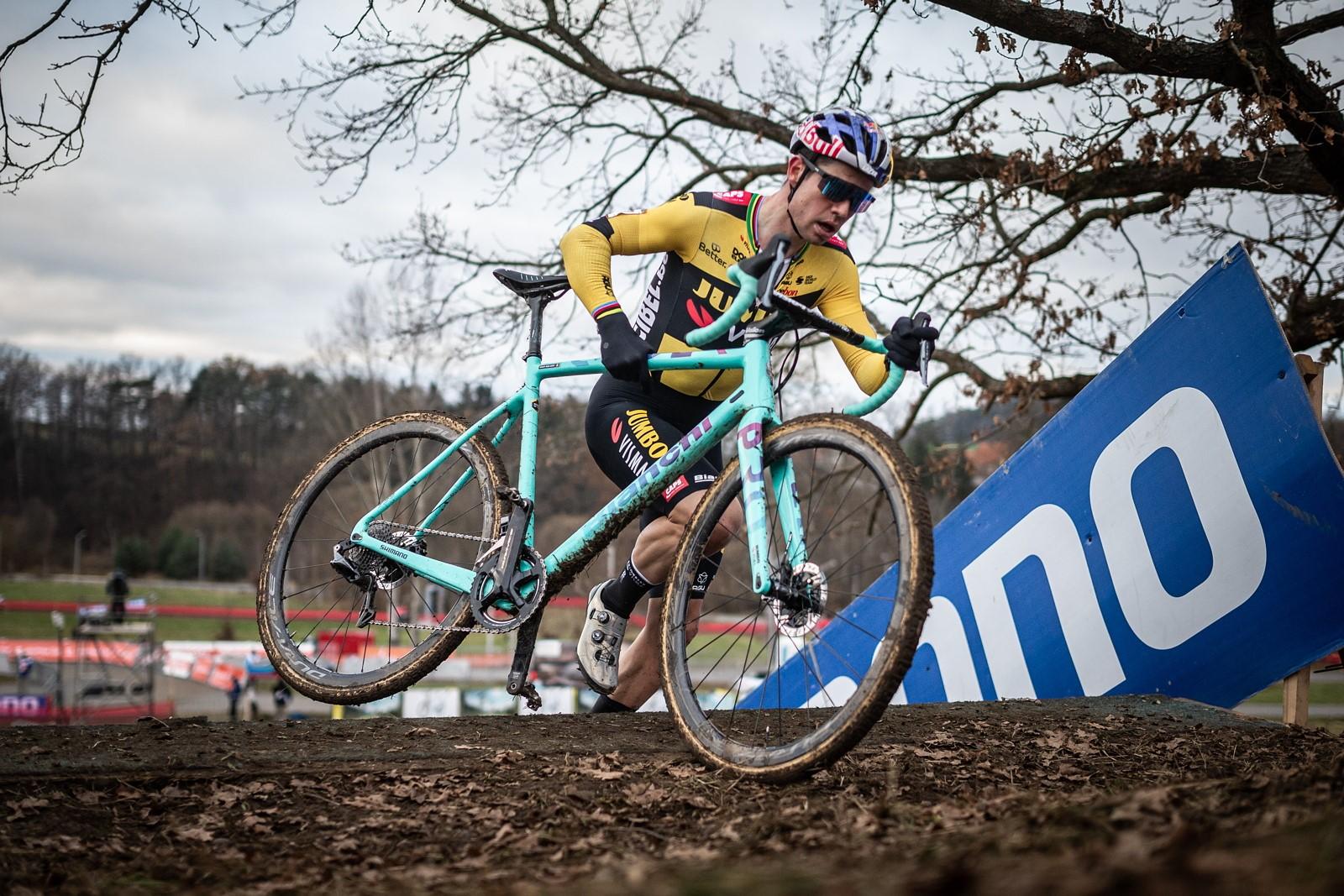 16 - Cyklistická superstar Wout van Aert skončil v Táboře na třetím místě.