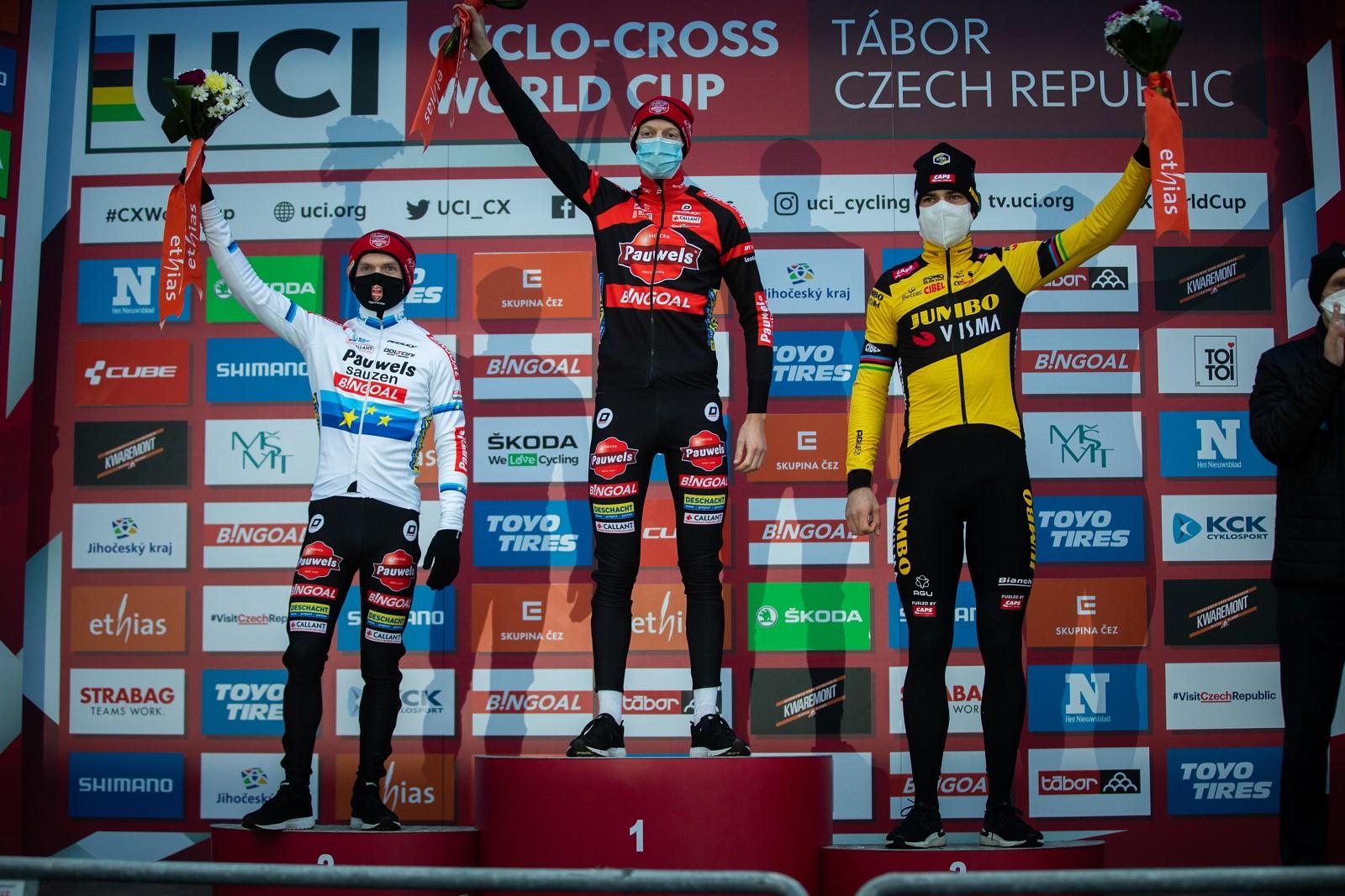 17 - Belgičan Michael Vanthourenhout poprvé ve své kariéře na nejvyšším stupínku v elitní kategorii.