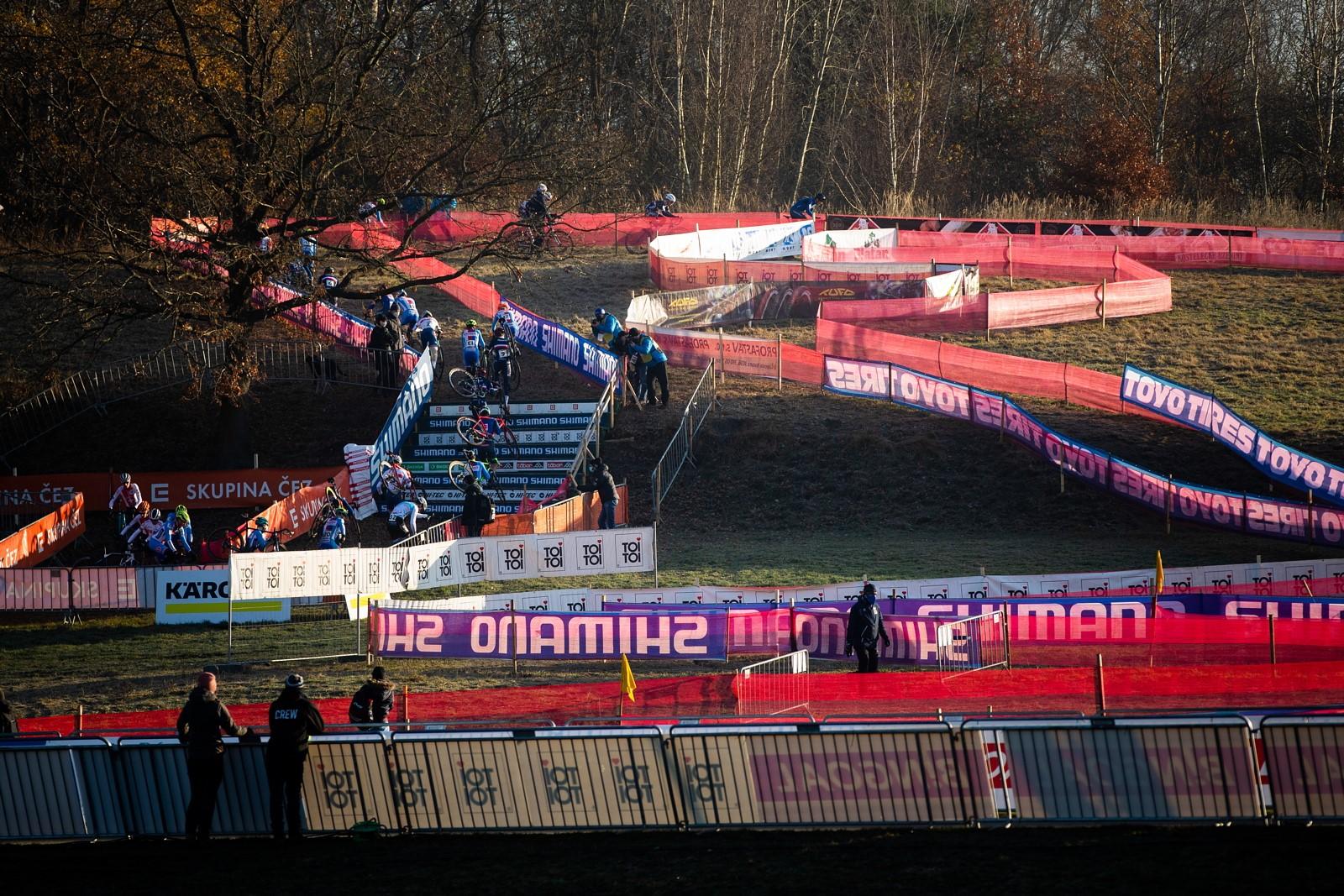 02 - Netradiční pohled. Sportovní areál Komora zažil už hodně bouřlivých závodů s parádní atmosférou. Tentokrát zůstal ale fanouškům cyklokrosu uzavřen.