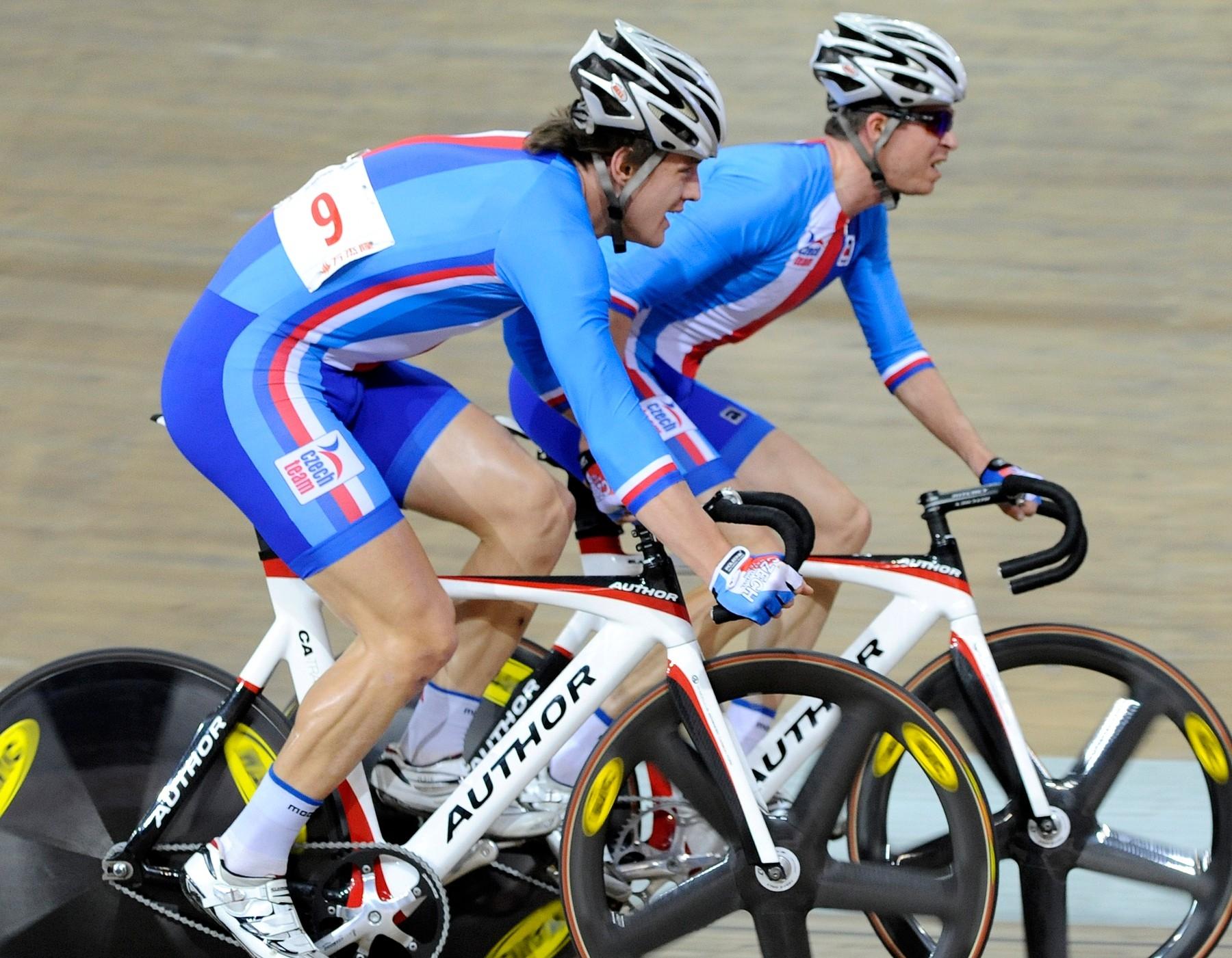 Vojtěch Hačecký a Martin Bláha (vzadu) při SP v Pekingu 2012, kde získali v bodovacím závodě dvojic. Foto: profimedia