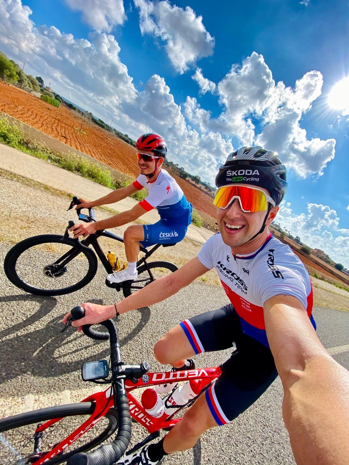 Ondřej Cink se slovenským bikerem Tomášem Višňovským během tréninkového kempu na Mallorce. Foto: instagram Ondřeje Cinka