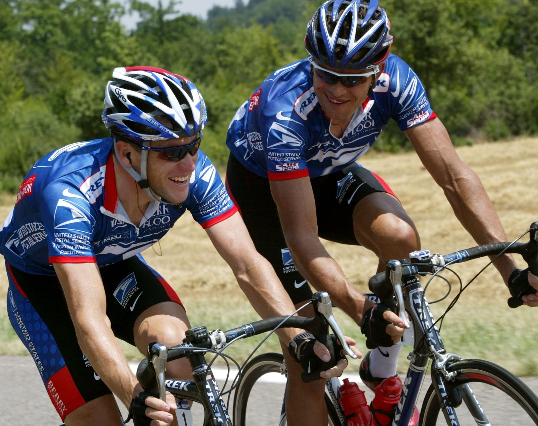 Pavel Padrnos (vpravo) a Lance Armstrong během Tour de France 2003. Foto: profimedia