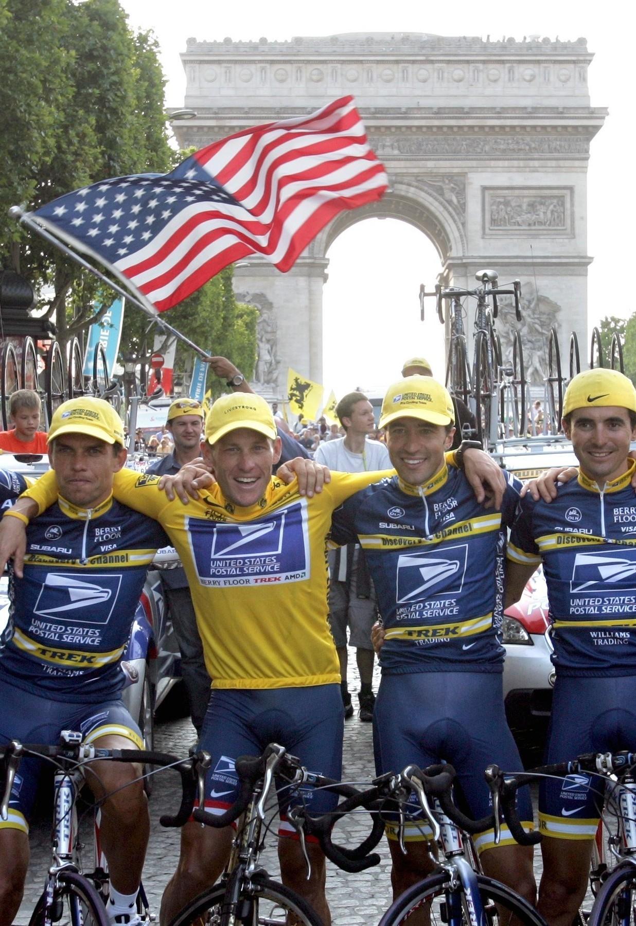 Pavel Padrnos s Lancem Armstrongem, Luisem Rubierou a Manuelem Beltranem (zleva) po Američanově šestém triumfu na Tour de France v roce 2004. Foto: profimedia