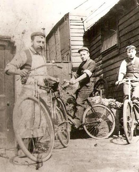 Tom Pearson (vlevo) se synem Harrym a vůbec prvním kolem vlastní výroby: Pearson Endeavour. Foto: pearson1860.com