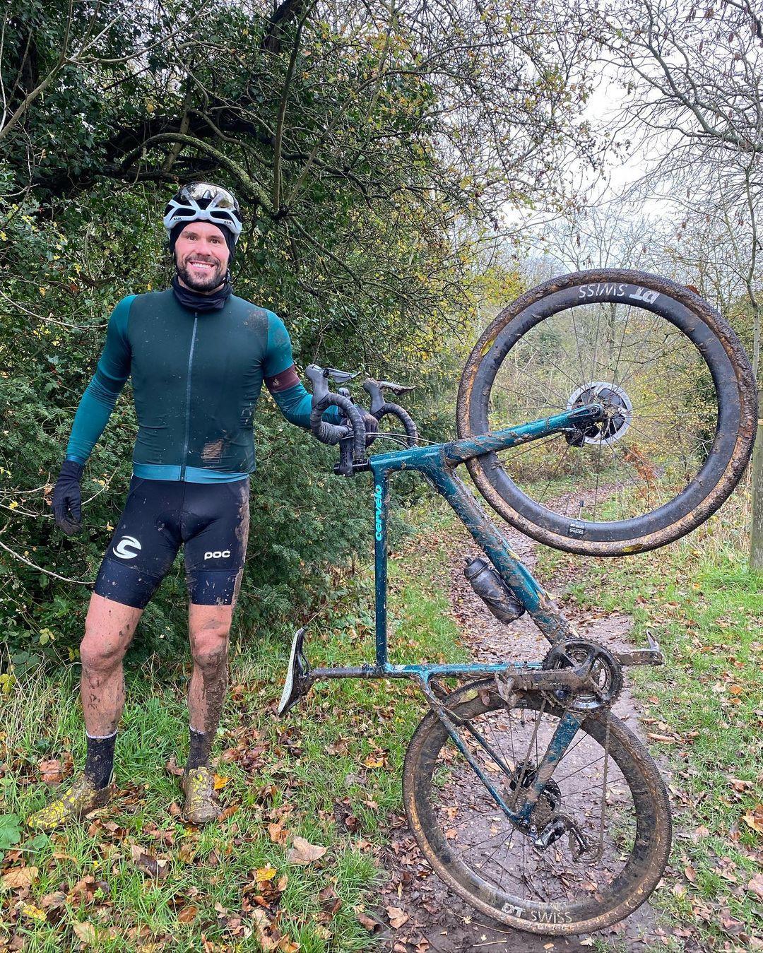 Ben Foster si kolo užívá i v nynějších chladných dnech. A přiznává, že občas není nouze o pády. Foto: instagram Bena Fostera