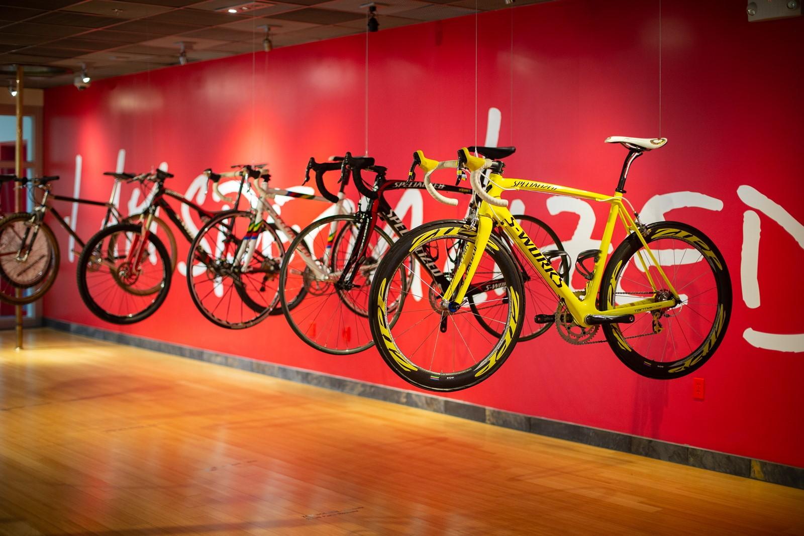 Žlutý design kola odkazujícího na průběžné vedení Fabiana Cancellary na Tour de France 2010. Kolo je nenávratně ztraceno, stejně jako dvě desítky dalších. Foto: Michal Červený