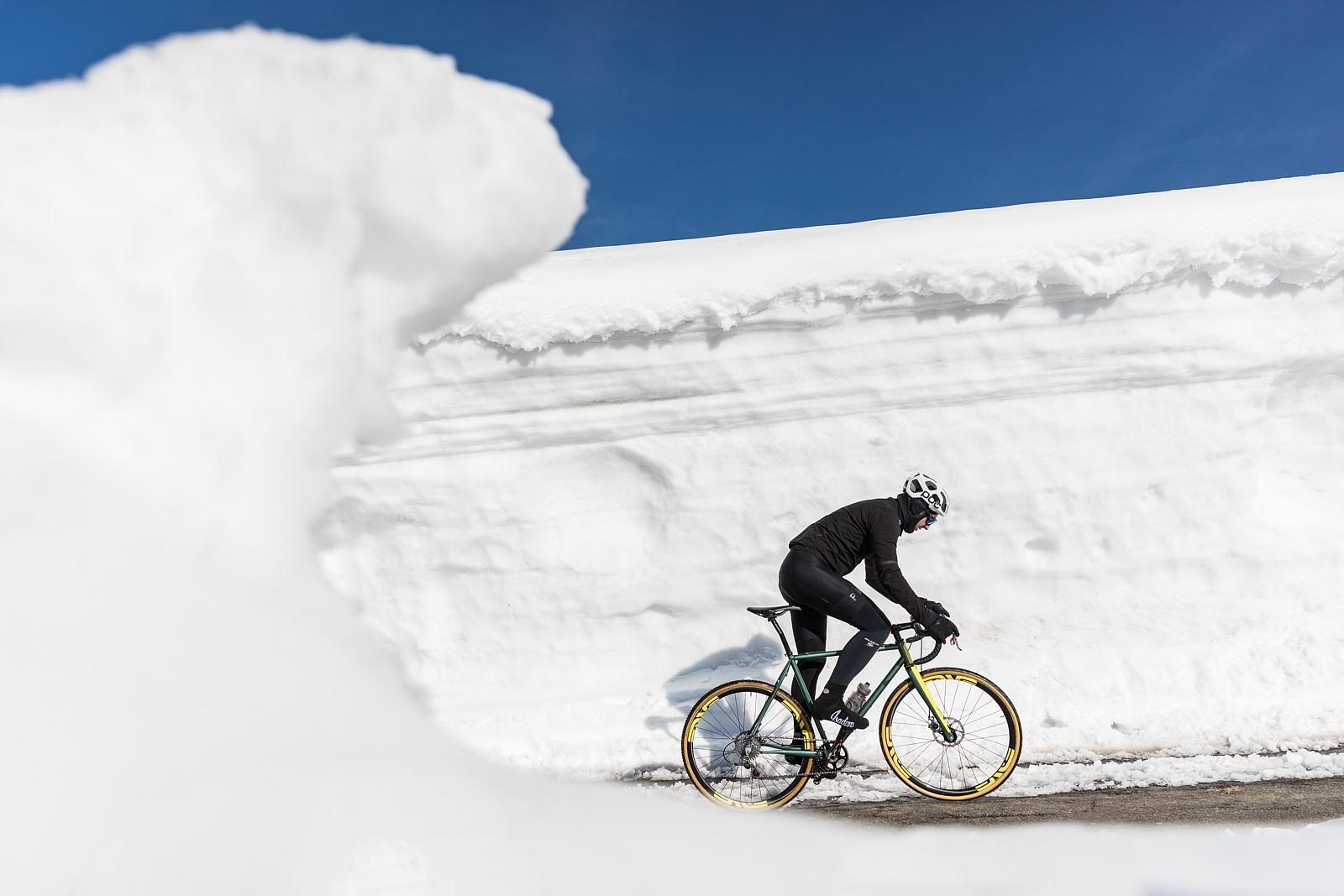Jízda mezi sněhovými bariérami. Když nic jiného, tak selfie z takové jízdy ohromí vaše přátele. Foto: Michal Červený