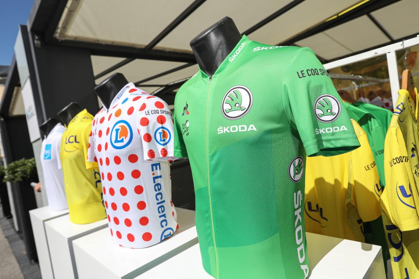 Zelený trikot nejlepšího spurtera, puntíkatý trikot pro krále hor.