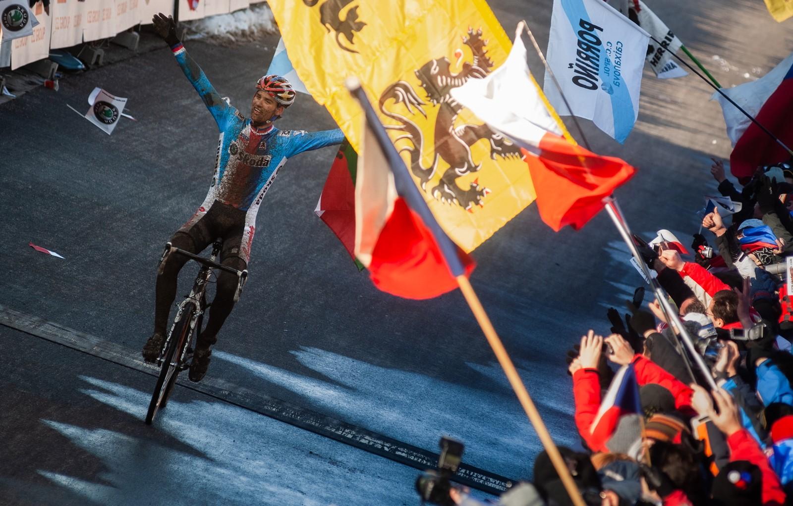 Zdeněk Štybar a jeho první titul mistra světa v cyklokrosu na trati v Táboře. Foto: Michal Červený
