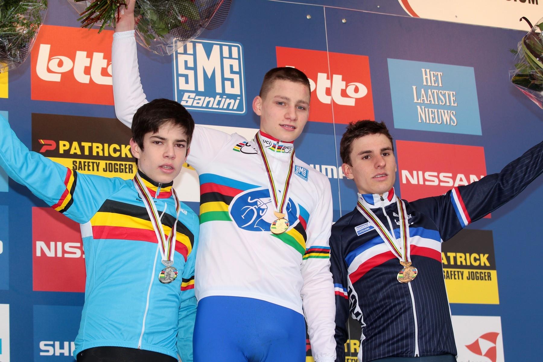 Začátek přetahované aneb Kooksijde 2012. Mathieu van der Poel slaví titul cyklokrosového šampiona mezi juniory, vlevo stříbrný Wout van Aert a vpravo třetí Francouz Quentin Jauregui. Foto: profimedia.