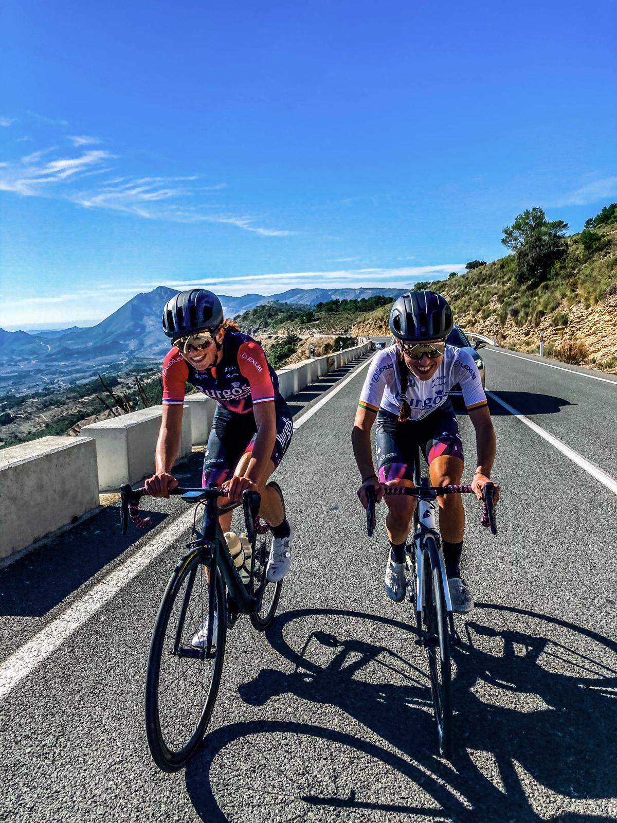 Tereza Neumannová na tréninku ve Španělsku s novou týmovou kolegyní xxxxxx.