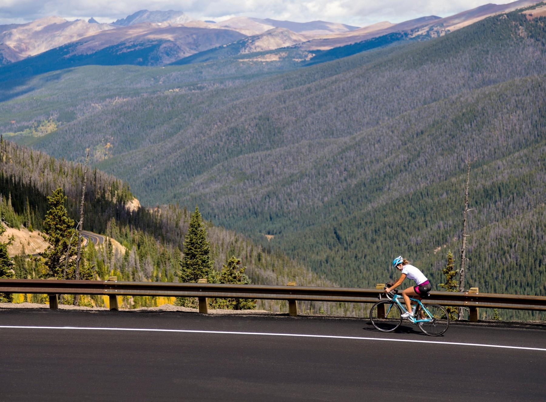 Vydrápat se do hor v sedle kola je vždy náročné. Ale neplatí pravidlo, že vrchařské prémie jsou jen pro diblíky. Foto: profimedia (3x)