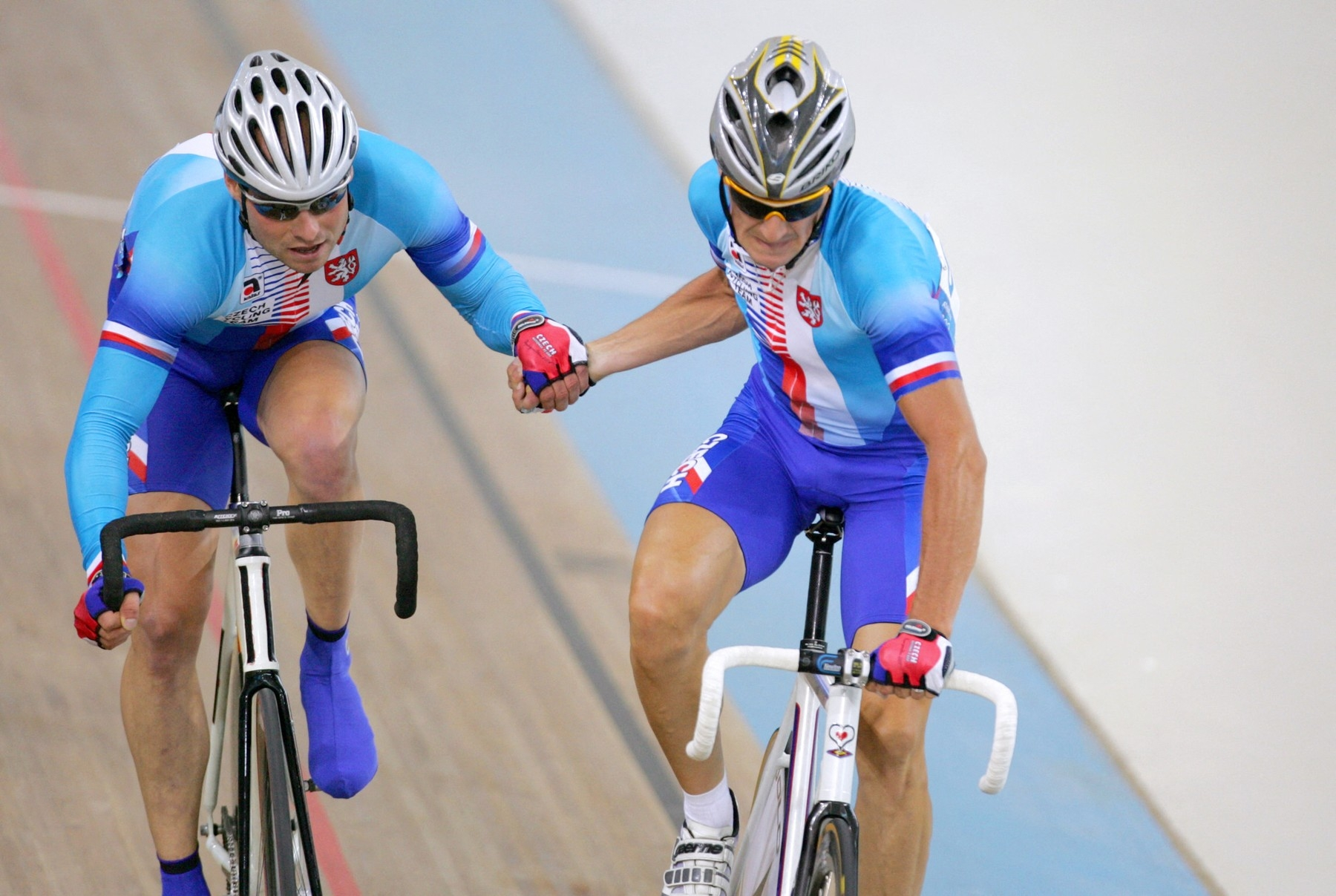 Milan Kadlec (R) of the Czech Republic gets set to propell partner Petr Lazar (L) during the men's madison final in the Olympic Velodrome at the Olympic Games in Athens, 25 August 2004.