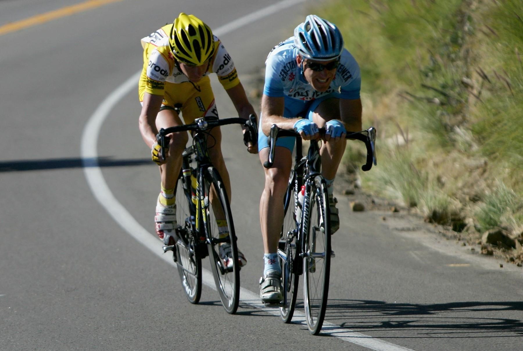 Cyklistická sjezdová pozice s předloktím opřeným o řídítka. Další ze zakázaných pozic.