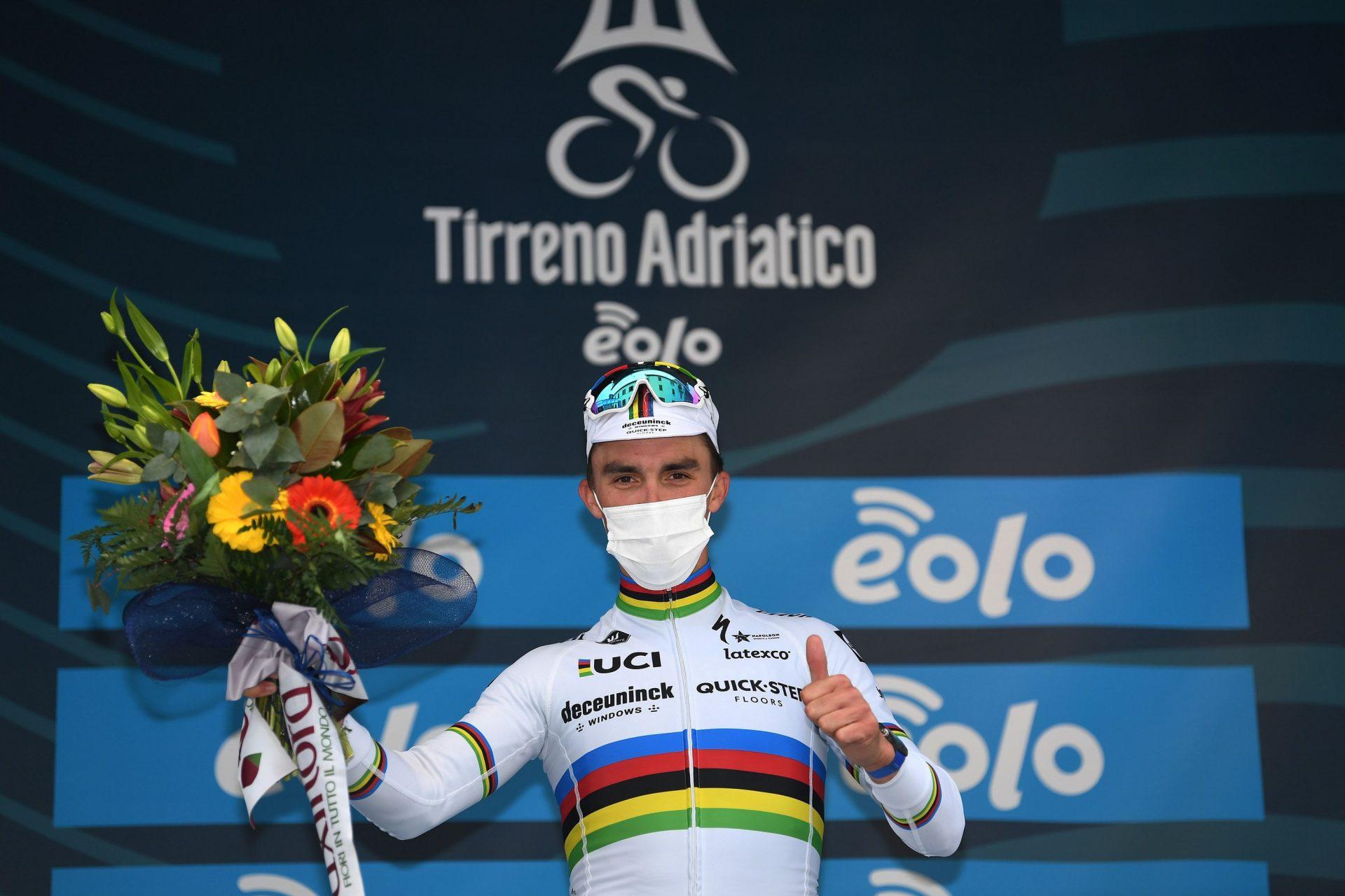 Julian Alaphilippe slaví etapový triumf při druhé etapě Tirreno-Adriatico. Foto: Deceuninck - Quick-Step - ©Tim De Waele / Getty Images
