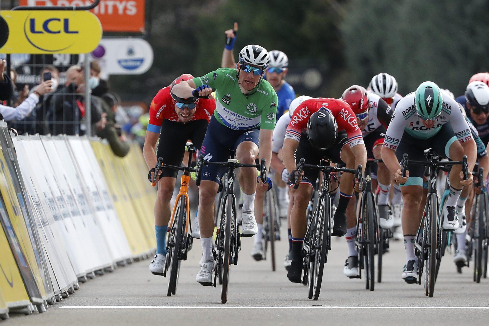 Sam Bennett slaví triumf v 5. etapě závod Paříž-Nice. Foto: © Deceuninck - Quick-Step - ©Bas Czerwinski