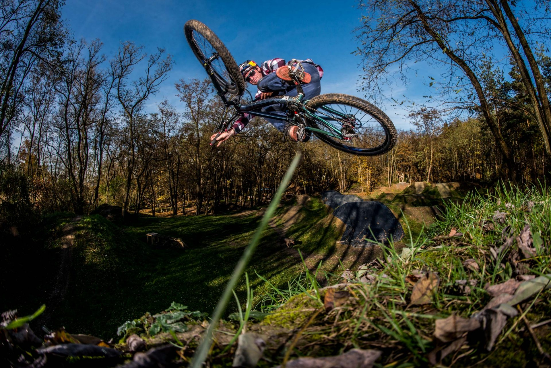Michal Maroši při jednom z triků na kole. V sedle zažil mnoho korambolů a následně i zranění. Foto: archiv Michala Marošiho