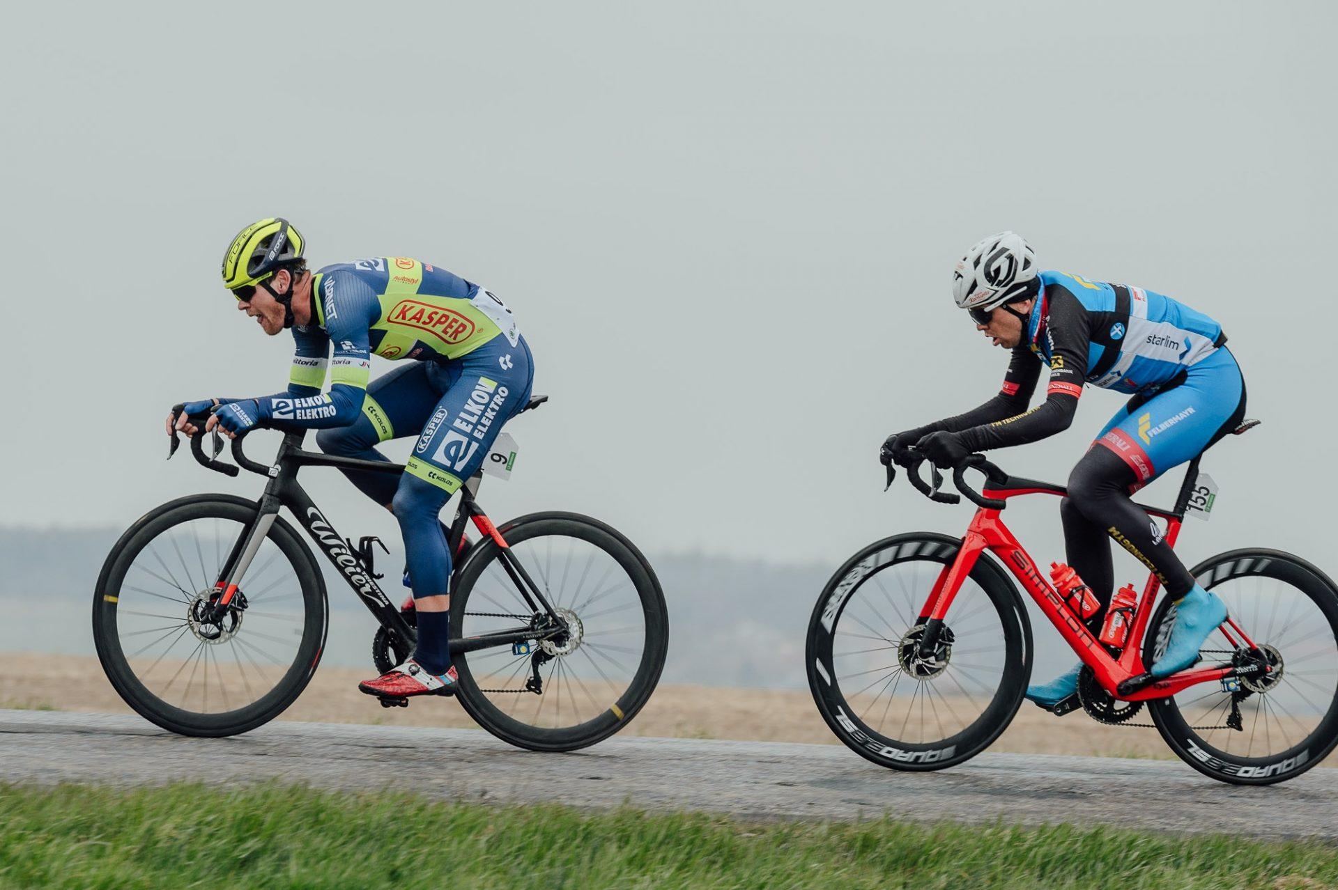 Daniel Turek (uprostřed) v dresu týmu Felbermayr - Simplon Wels při závodě Brno-Velká Bíteš-Brno.