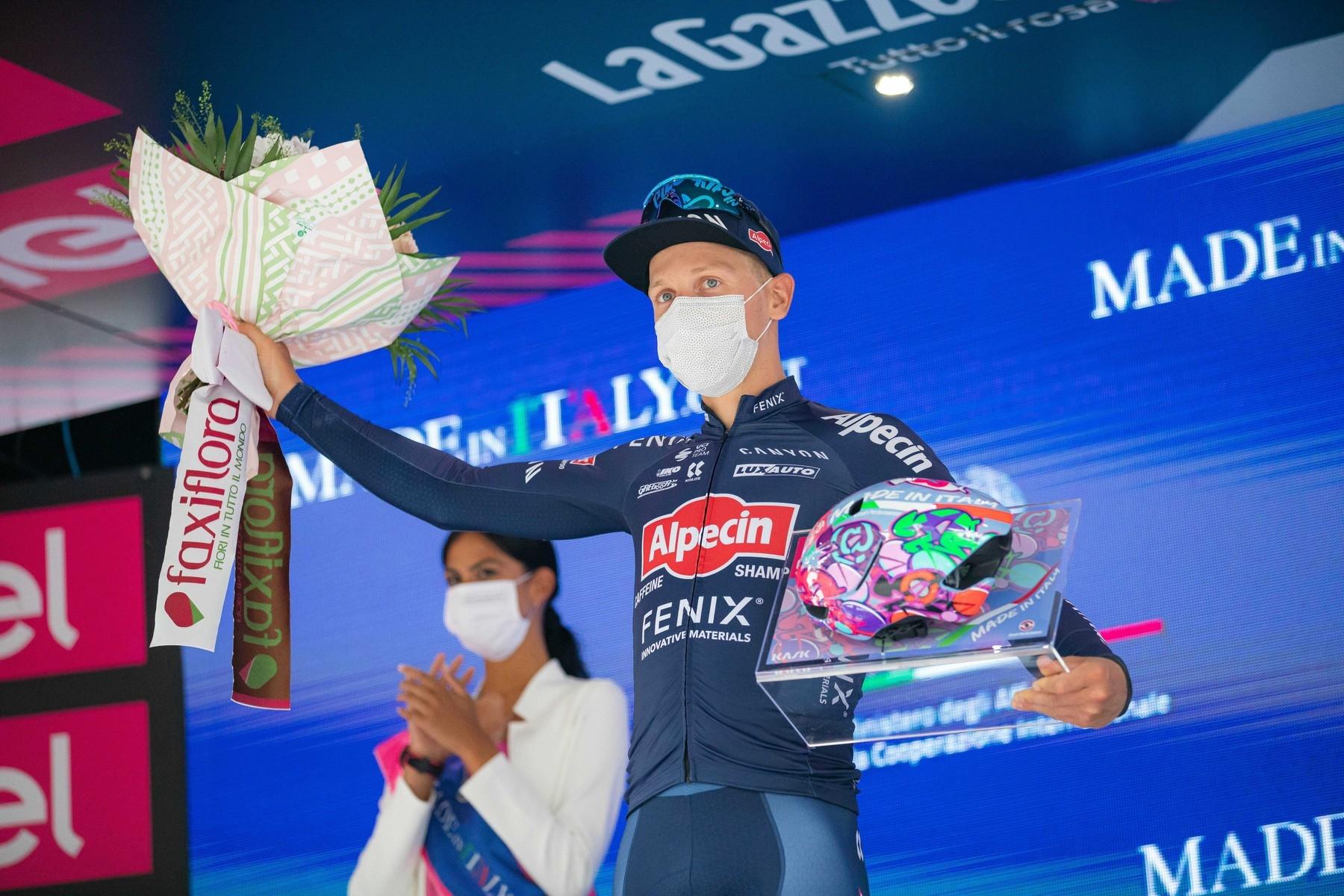 Tim Merlier dostal značku Kalas na stupně vítězů při italském Giru 2021.
