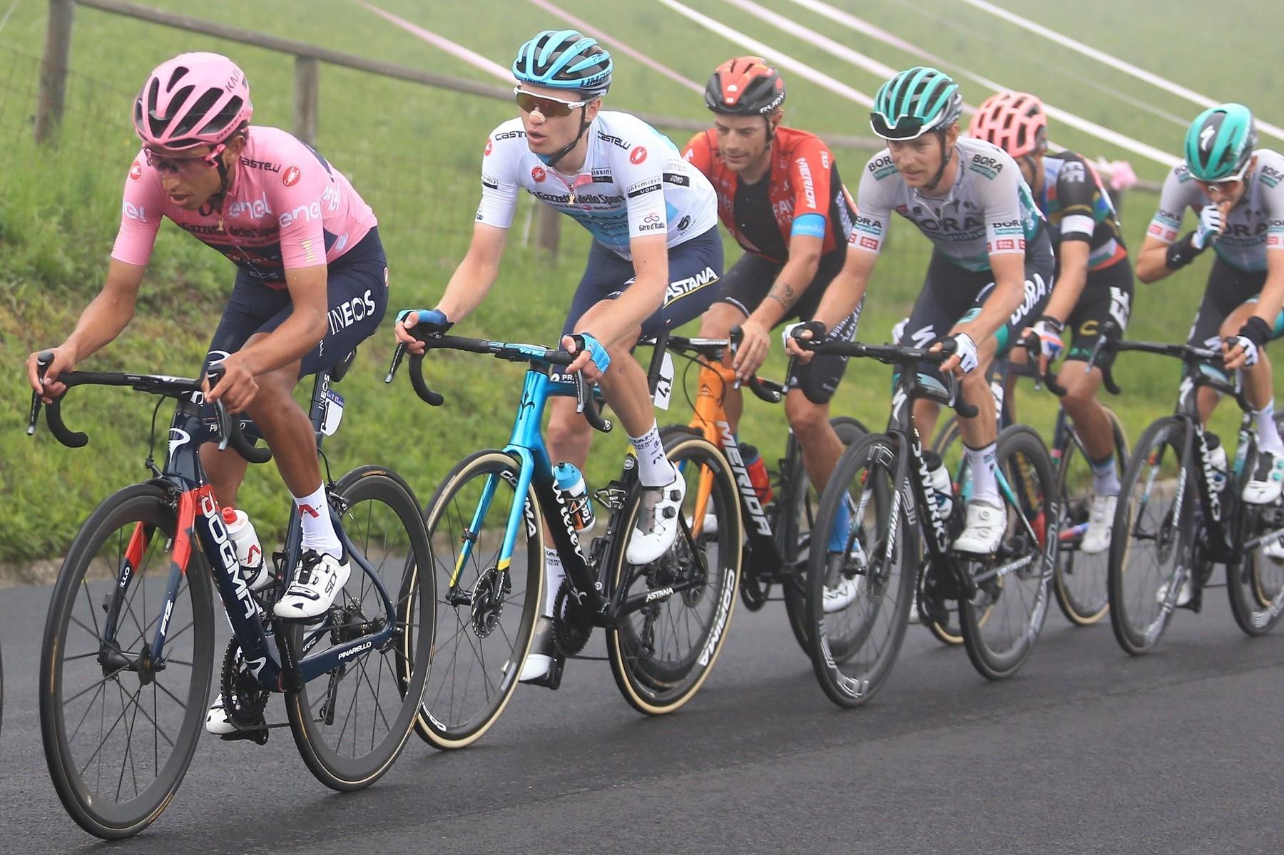 Egan Bernal (v růžovém) táhne skupinu favoritů při etapě s dojezdem na Zoncolanu.