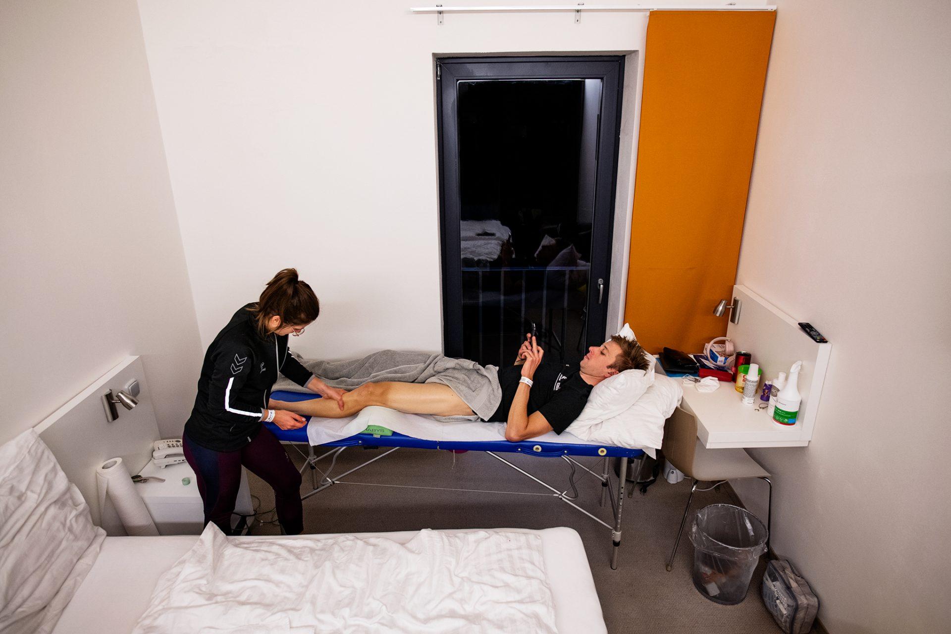 Ondřej Cink na masáži během druhého podniku SP v Novém Městě na Moravě.