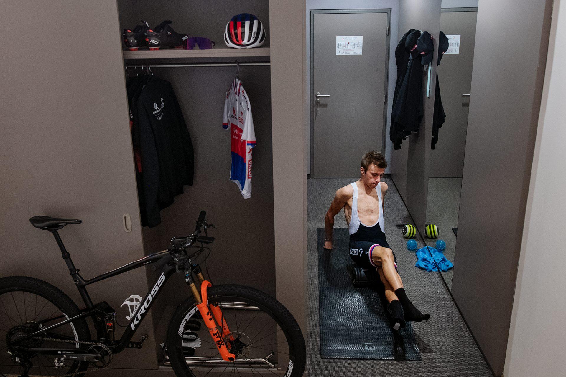 Ondřej Cink aktivuje svaly před ostrým startem v Novém Městě na Moravě. Foto: Robin Nevřala