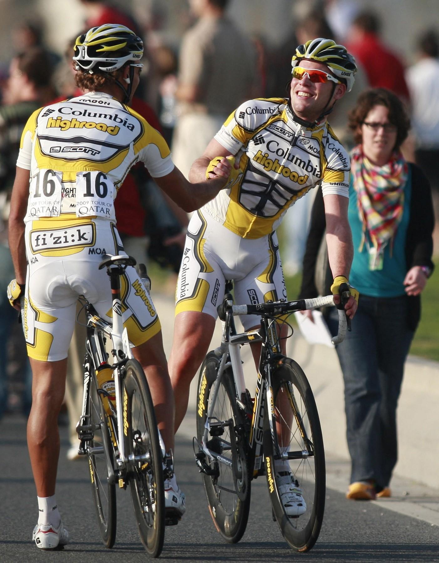 František Raboň (vlevo) přijímá poděkování za odvedenou práci od Marka Cavendishe po jedné z vítězných etap. Foto: profimedia