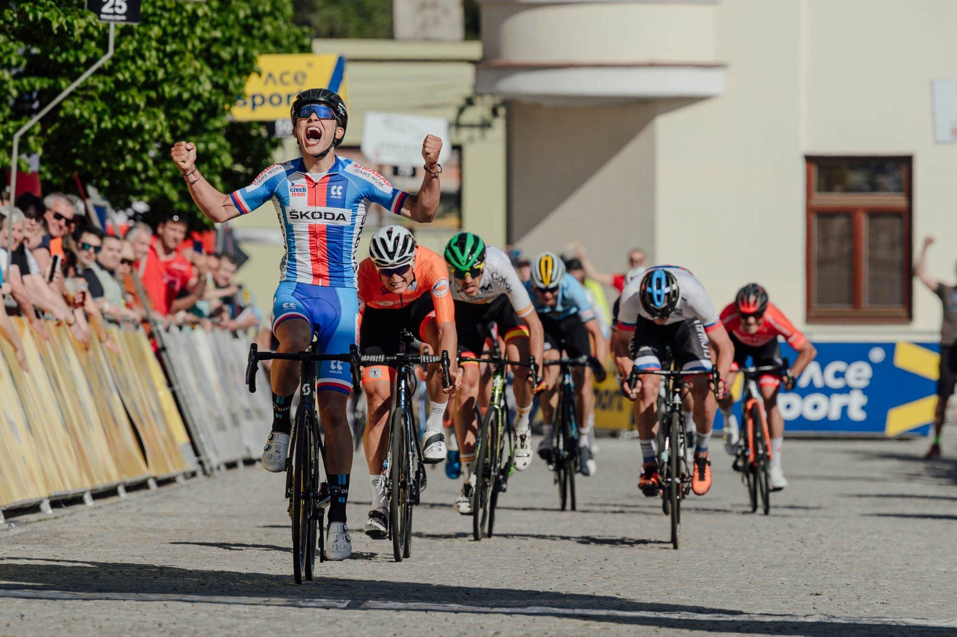 Pavel Bittner slaví vítězství v úvodní etapě Závodu míru 2021.