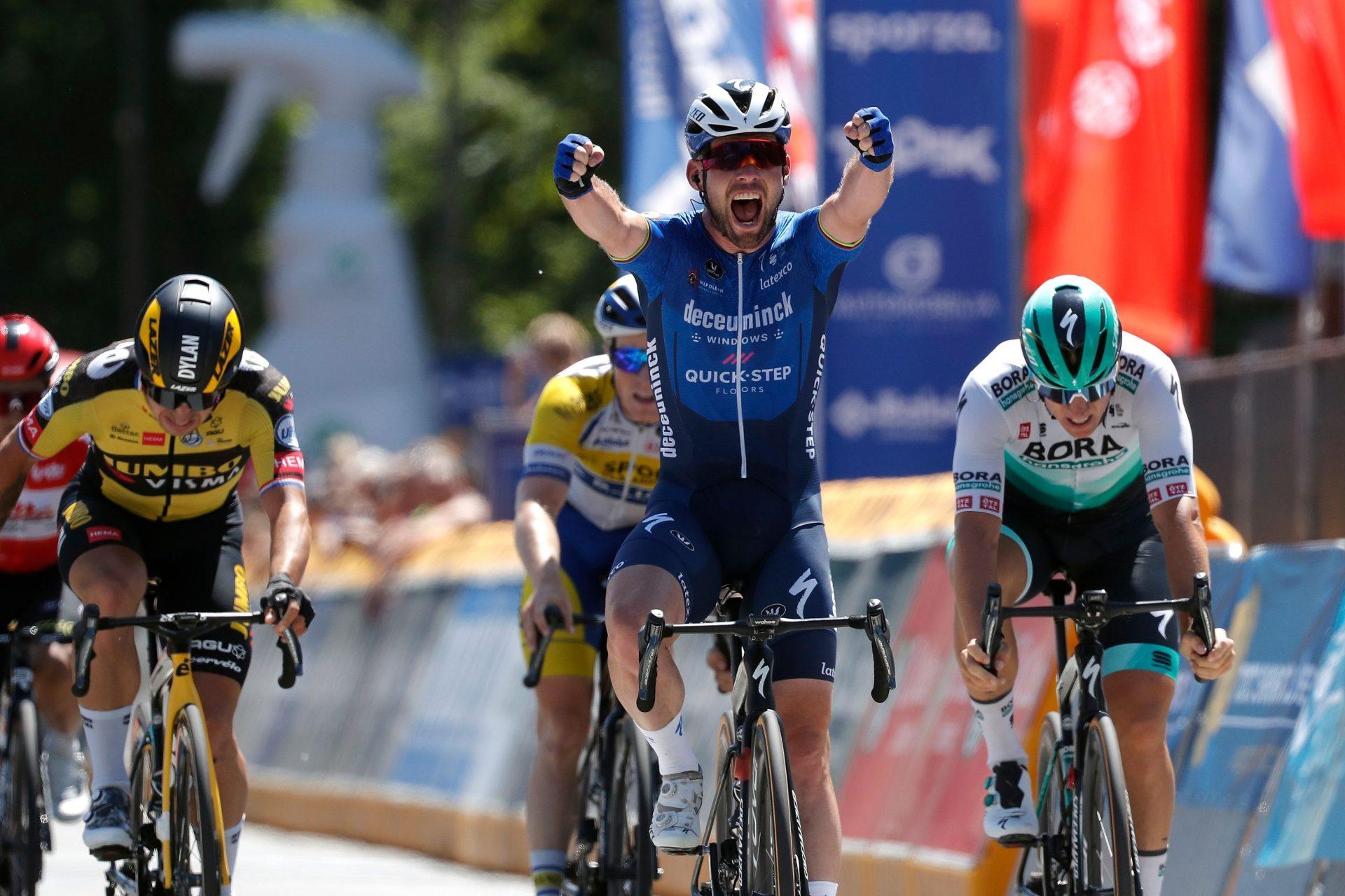 Mark Cavendish slaví etapový triumf při závodě Kolem Belgie. Foto: