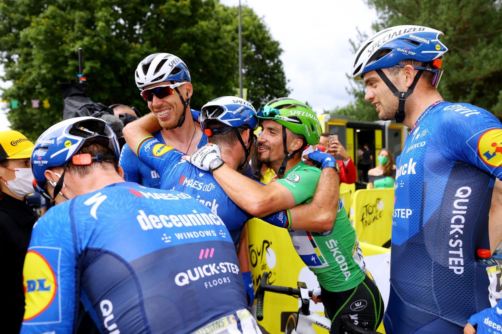 Mark Cavendish v obklopení šťastných parťáků z týmu Deceuninck Quick Step.