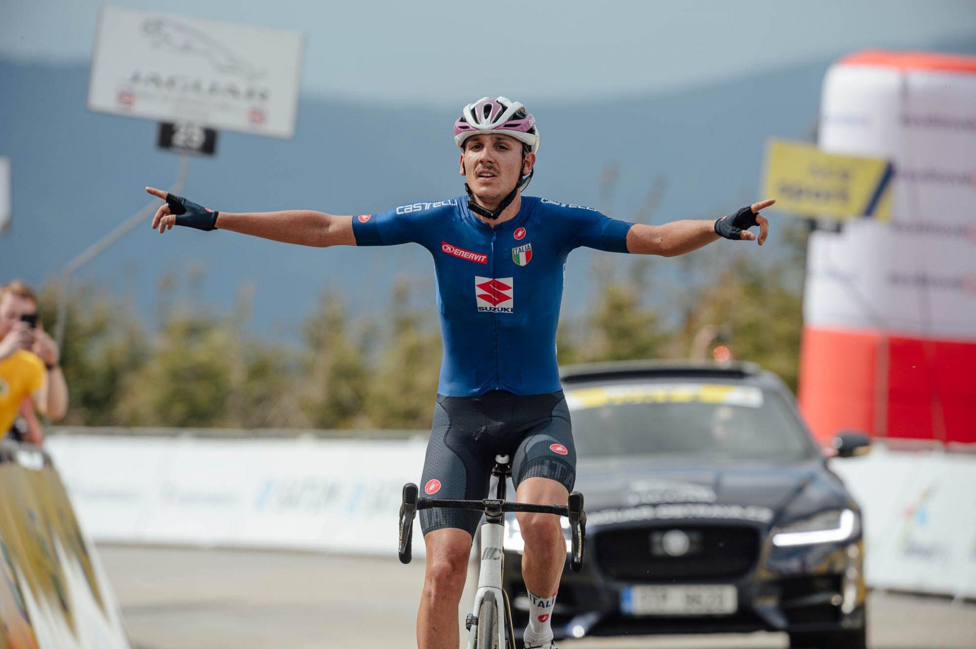 Ital Filippo Zana slaví triumf v královské etapě Závodu míru 2021 s dojezdem na Dlouhých stráních. Foto: Jan Brychta