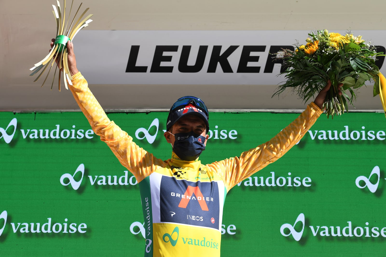 Richard Carapaz slaví triumf při závodě Kolem Švýcarska. Foto: ineosgrenadiers.com (2x)