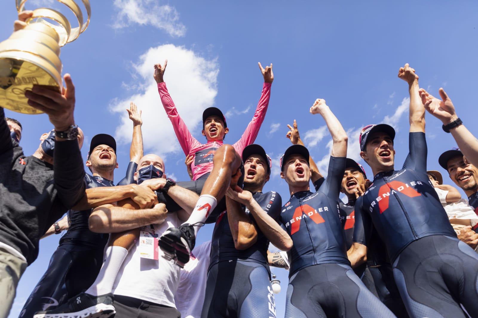 Egan Bernal po triumfu na Giro d´Italia 2021 nad hlavami parťáků. Foto: ineos grenadiers.com