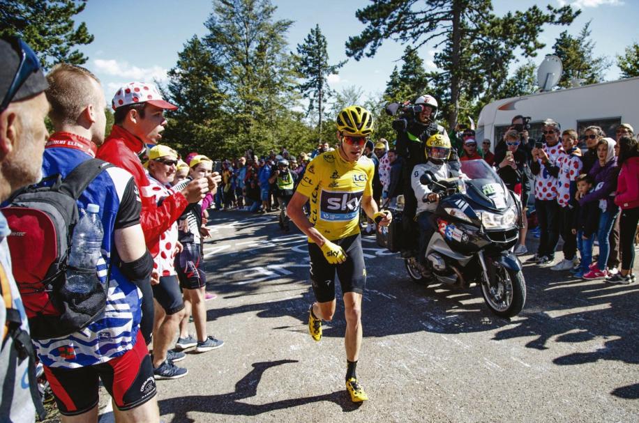 Mont Ventoux v roce 2016 a Chris Froome běžící k vrcholu.