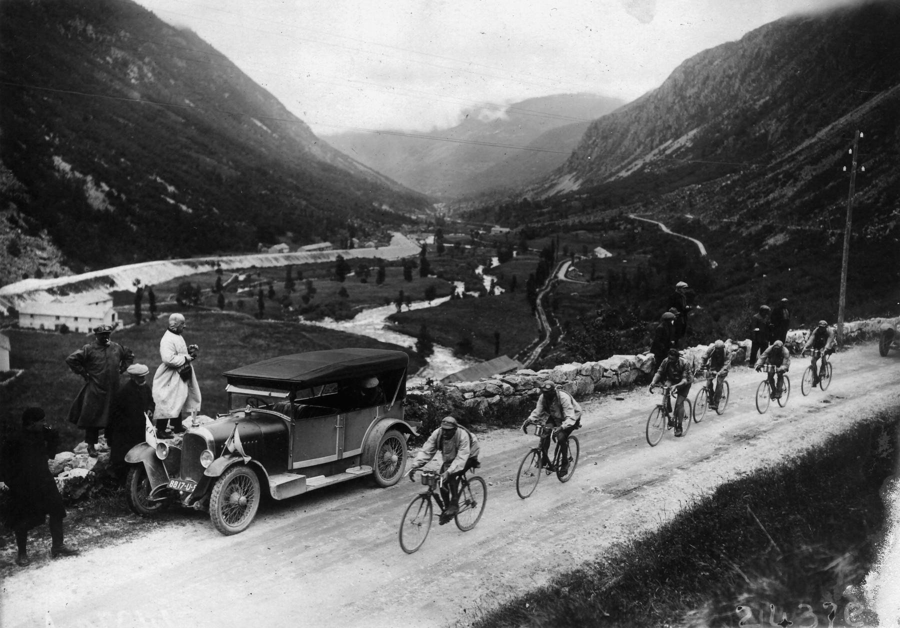 Lucien Buysse na čele pelotonu v roce 1926 při stoupání na Tourmalet. Ten den se zapsal do dějin cyklistiky. Foto: profimedia (3x)
