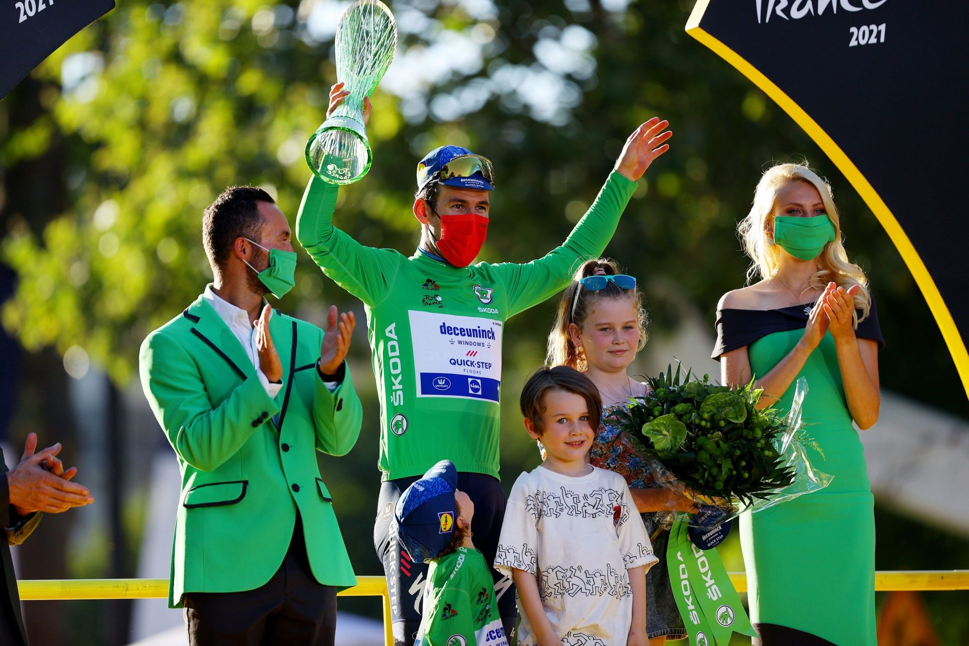 Mark Cavendish při přebírání zeleného dresu pro vítěze bodovací soutěže s celou rodinou. Foto: